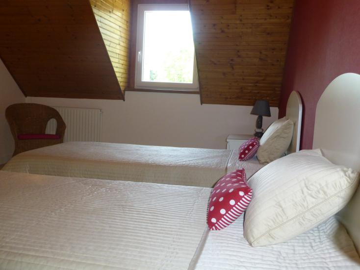 tr gourez vacances coussins rouges g te tr gourez vacances. Black Bedroom Furniture Sets. Home Design Ideas